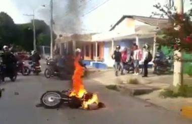 Motocicleta quemada por vecinos del barrio Simón Bolívar.