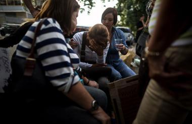 Ilesa Marisela Torres, madre de Daniel Enrique Soto Torres, uno de los compañeros de Oscar Pérez, llora en las inmediaciones de la morgue este viernes.