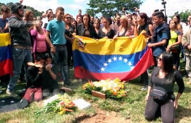 Amigos y familiares de cuatro de los abatidos por el gobierno de Maduro luego ddel entierro en el cementerio de Bello Monte