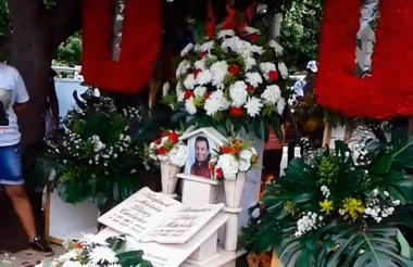Seguidores en el cementerio Jardines de Ecce Homo de Valledupar frente a la tumba de Diomedes Díaz.