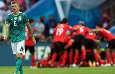 Toni Kroos camina mientras festejan al fondo los coreanos.