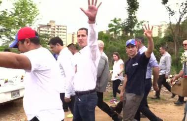 Juan Guaidó junto a Henrique Capriles durante la visita a Valles de Tuy.