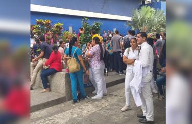 Trabajadores durante la protesta.