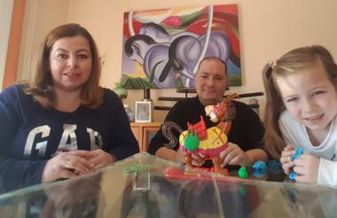 Claudia Vergara junto a su esposo Javier Rocher y su hija de seis años.