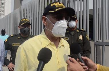 El alcalde Dau durante el recorrido de la mañana de este domingo en Cartagena donde rige el toque de queda general.