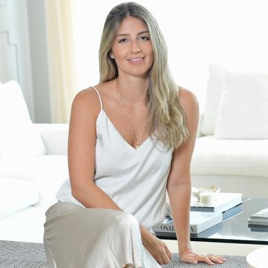 Ana Cristina posa en la sala de su casa junto a una de sus piezas decorativas.