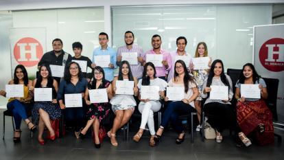 Los alumnos de la escuela con sus diplomas.