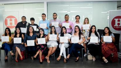 Grupos de graduados de la escuela de periodismo.