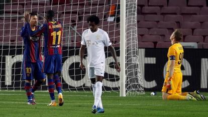 Lionel Messi felicita a Dembelé tras marcar el quinto gol del Barcelona.