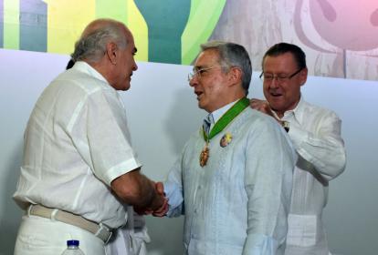 Uribe recibe la medalla de honor Pedro Castro Monsalve.