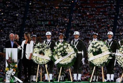 El ministro de relaciones exteriores de Brasil, José Serra agradece al pueblo de Colombia durante el homenaje al equipo de fútbol Chapecoense.
