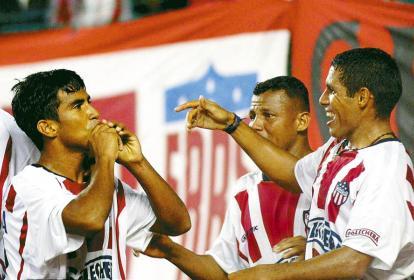 José 'Ringuito' Amaya celebra uno de los goles que marcó con Junior junto al delantero Martín Arzuaga y el volante Léiner Rolong.