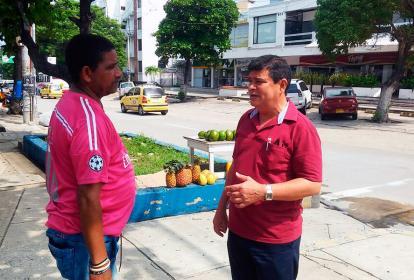 Juan Carlos Recuero, comerciantes del sector, con el secretario de Infeaestructura, Rafael Lafont.