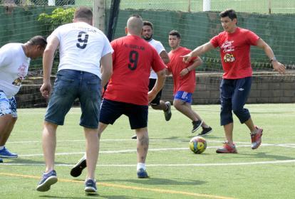 El delantero paraguayo Roberto Ovelar jugó con sus amigos y con periodistas.