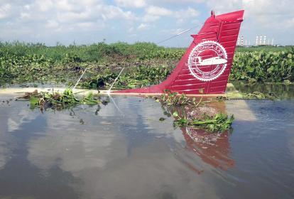 Avioneta dentro del Río Magdalena tras el accidente.