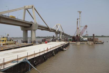 Obras civiles de cimentación de pilotes para el nuevo Puente Pumarejo.
