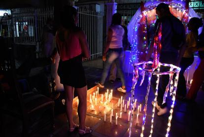 Un sendero alumbrado de velas y luces adornó el camino hacia un altar en honor a la Virgen, en Pumarejo.