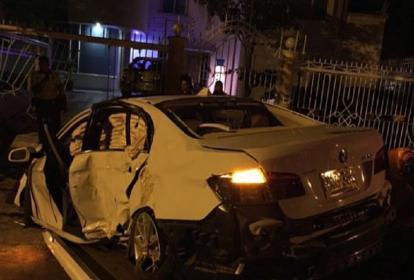 El vehículo, color blanco, chocó de frente contra la reja exterior de una casa del sector.