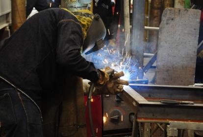 Operario del sector metalúrgico, el cual creció un 11,7%.
