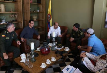 De izquierda a derecha: los generales Gonzalo Londoño, comandante de la Regional 8; Jorge Vargas, director de la Dijín; Luis González, director de Fiscalías; Jorge Ramírez, director de Seguridad Ciudadana, y el alcalde Alejandro Char, durante la cumbre.