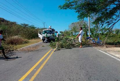 Momento en que los moradores del sector retiraban los árboles que usaron para bloquear la vía.