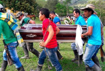 Campesinos cargan el ataúd con el cuerpo de José Yimer Cartagena.
