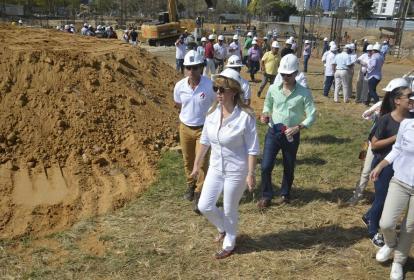 La directora de Coldeportes, Clara Luz Roldán, inspecciona las obras en el Romelio Martínez.