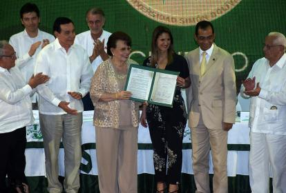 Ana Bolívar de Consuegra recibe la certificación de manos de la ministra Giha.