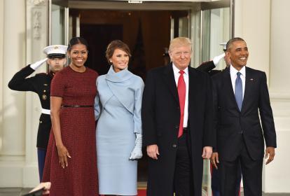 El presidente saliente, Barack Obama (d) y el presidente electo, Donald Trump (2d), posan junto a sus respectivas esposas, Michelle (i) y Melania, antes de entrar a la Casa Blanca para tomar un té protocolario previo a la ceremonia de transmisión de mando.