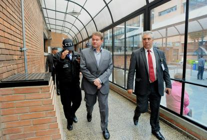 El exsenador Otto Bula, cuando era conducido por agentes del CTI a los juzgados.