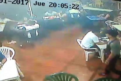 En el círculo se ve al ladrón cuando intimidaba a un cliente.