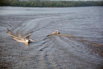 Pequeñas embarcaciones navegan por el río Magdalena.