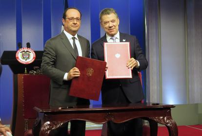 El presidente francés,  François Hollande, junto a su homologo Juan Manuel Santos