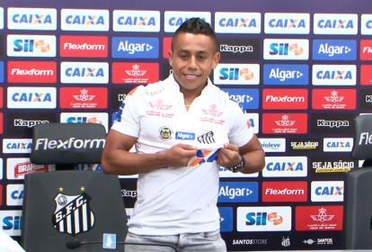 El volante Vladimir Hernández cuando se ponía la camiseta de su nuevo equipo. Santos de Brasil.