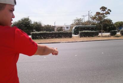 Leonardo Betancur señala el sector de la avenida Circunvalar donde fue atropellado su hermano Carlos, frente al Megacolegio de Las Gardenias.