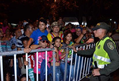 Un auxiliar de Policía vigila que las personas no sobrepasen las vallas.