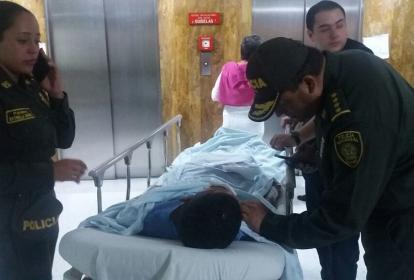 El general Jorge Nieto, director de la Policía Nacional, habla con uno de los policías heridos.