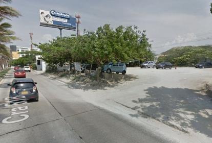 En este estacionamiento a cielo abierto, a un lado de la carrera 51B, fueron atracados los seis estudiantes.