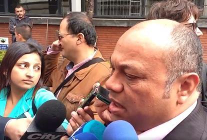 Luis Alonso Colmenares a la salida de la lectura del fallo absolutorio cumplida este lunes en Bogotá.