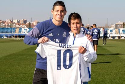 """James Rodríguez le entrega la camiseta a Johan Alexis Ramírez, llamado """"el ángel del Chapecoense""""."""