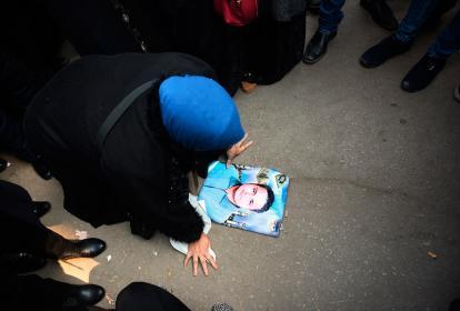 Una mujer llora mirando la foto de un familiar que murió durante los disturbios en el estadio de Puerto Said.
