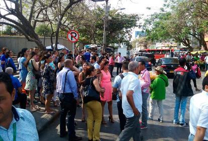 Los evacuados esperaron en frente del edificio.