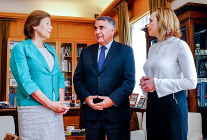 El subsecretario de la cancillería chilena, Edgardo Riveros; la hija del expresidente Patricio Aylwin, Mariana (i), y la presidenta del  DC, Carolina Goic.