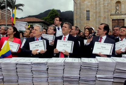 Álvaro Uribe y líderes del Centro Democrático con las firmas contra el Acto Legislativo.