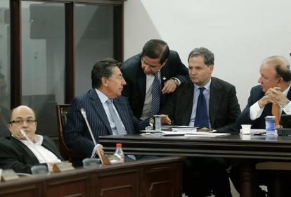 Néstor H. Martínez, Juan F. Cristo, Sergio Jaramillo y Luis Carlos Villegas, conversan durante el debate.