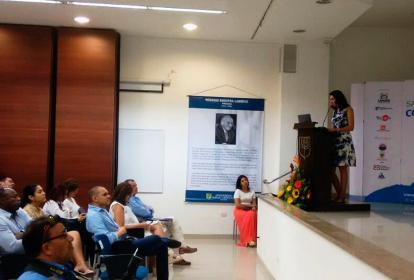 Veronica Trujillo, directora de Santa Marta como canos, presentando los resultados de la encuesta