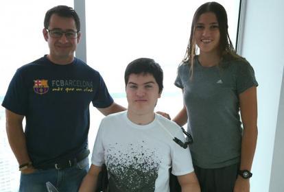 Daniel Barragán (c) junto a la pedalista Gabriela Bolle y el entrenador Hernán Guarín.