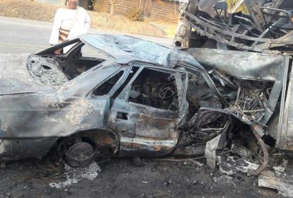 Así quedó el vehículo que colisionó contra el bus.