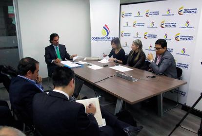 La directora (e) de Cormagdalena, Dina Sierra, y el jefe jurídico de la corporación, Gabriel del Toro.