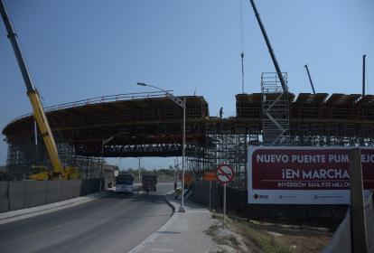 La estructura para la construcción de las losas del puente fue instalada desde la semana pasada.